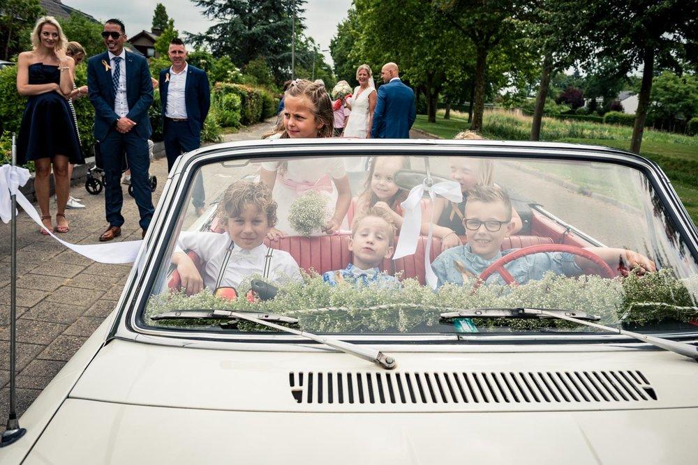 alle kinderen in de trouwauto in West Brabant door Caroline bruidsfotograaf bij Cfoto