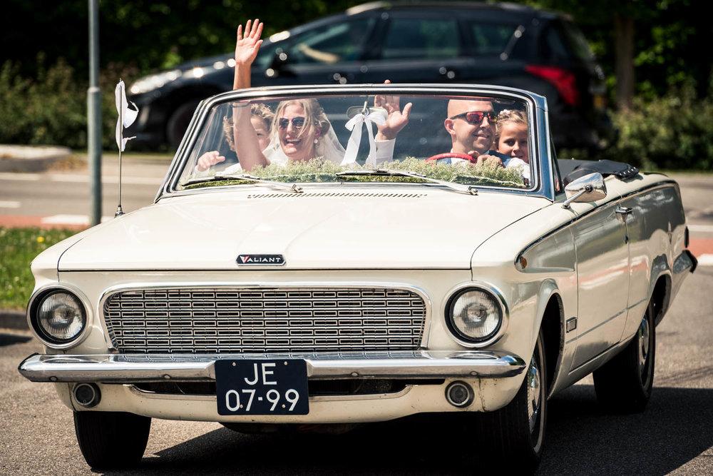 aankomst van het bruidspaar bij het Hooihuis in Roosendaal in West Brabant door Caroline bruidsfotograaf bij Cfoto
