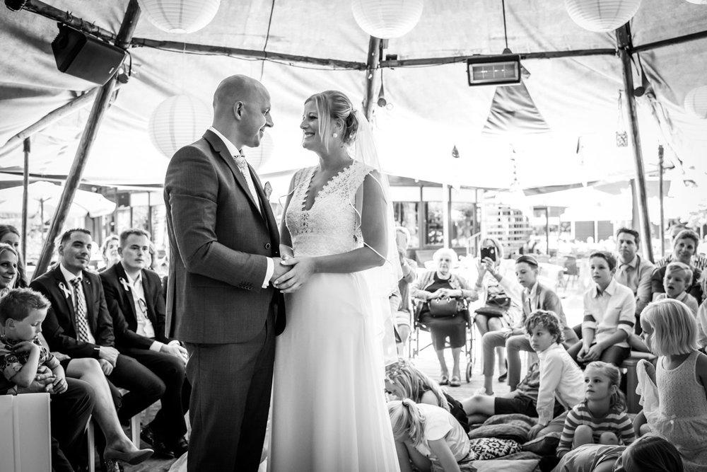 Het jawoord tijdens de ceremonie bij het Hooihuis in West Brabant door Caroline bruidsfotograaf bij Cfoto
