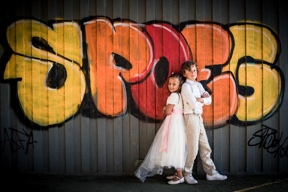 bruidskindjes poseren bij viaduct in Oud Gastel bij Gastel Sfeer, in West Brabant door Caroline bruidsfotograaf bij Cfoto