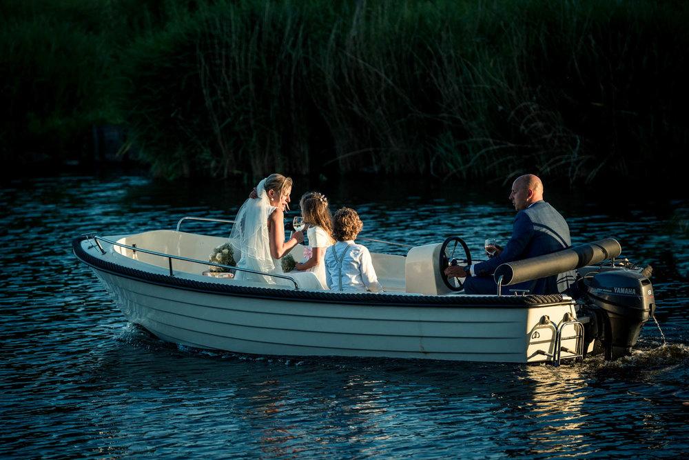 Bij Gastel Sfeer in het huwelijksbootje in West Brabant door Caroline bruidsfotograaf bij Cfoto