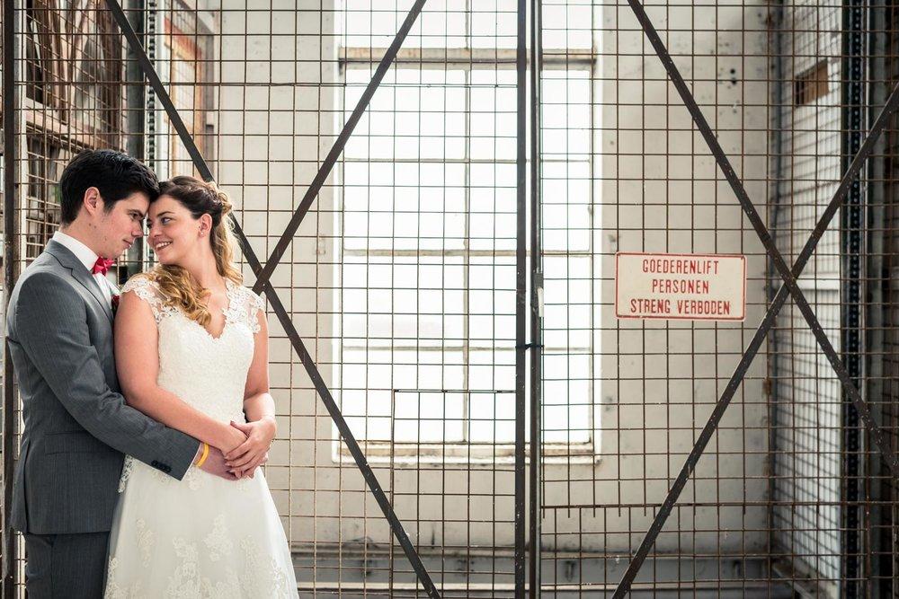 Trouwfotograaf Cfoto maakte deze urban foto bij een huwelijk in West-Brabant in de oude Suikerfabriek in Zevenbergen