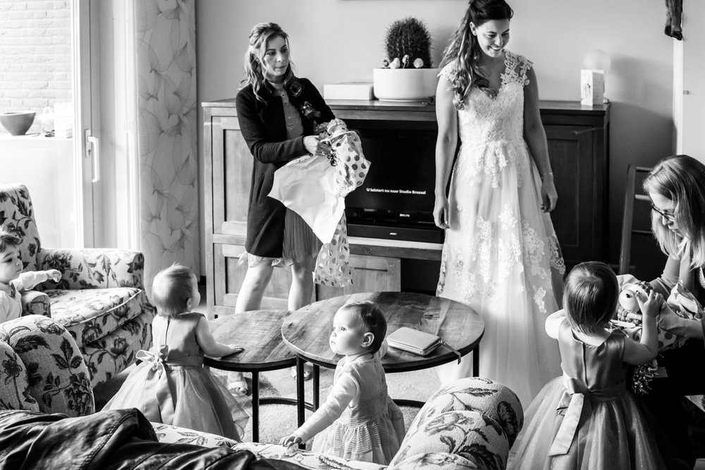 journalistiek moment met kindjes op een huwelijk