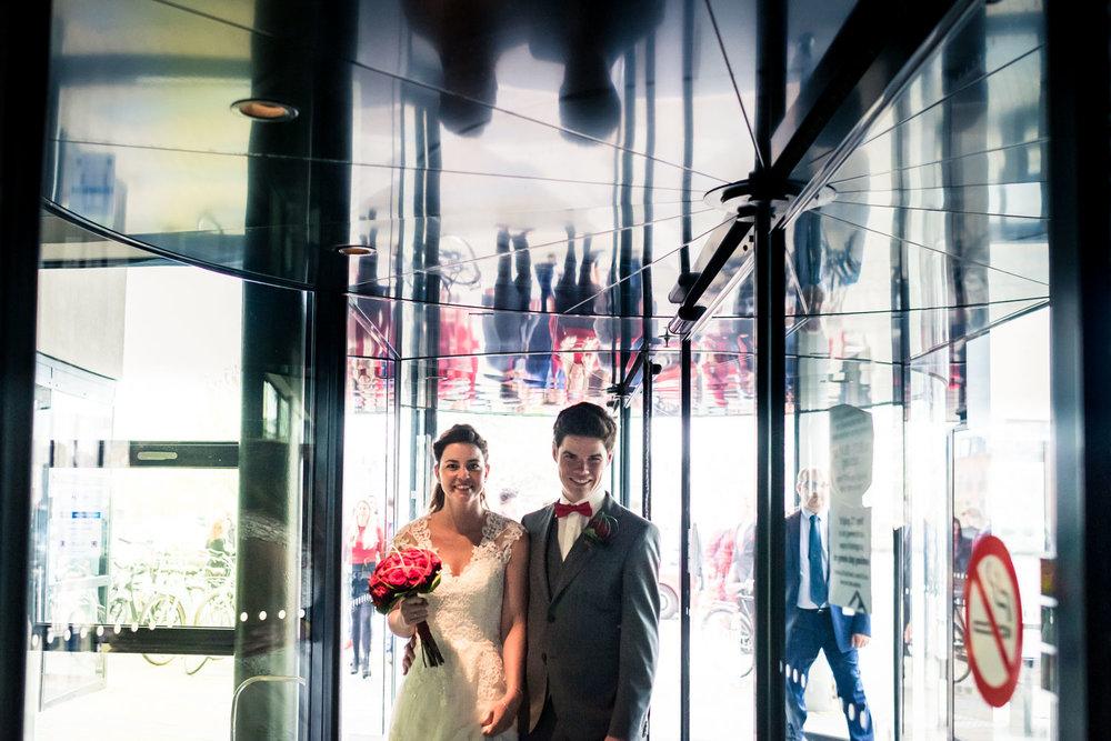 aankomst van het bruidspaar op het stadhuis van Zevenbergen