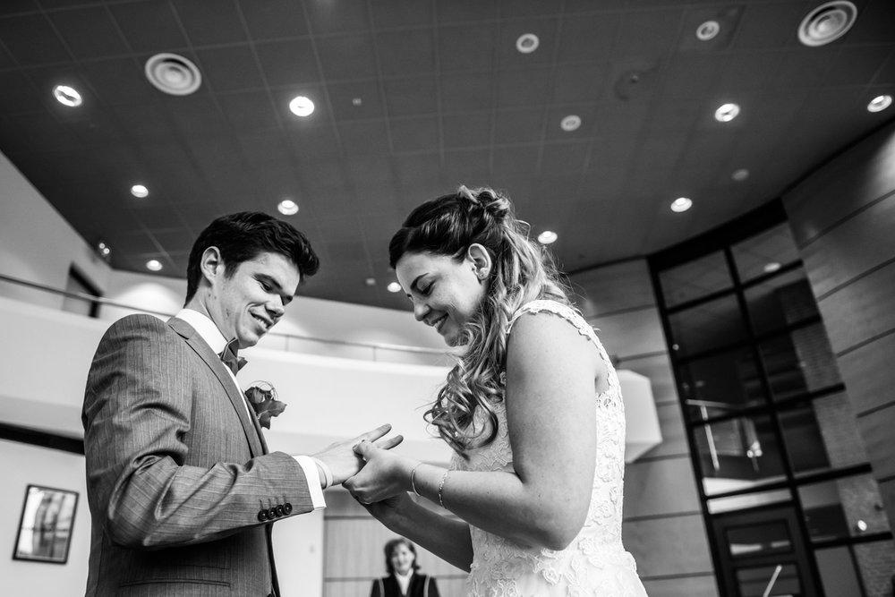 Ringen worden aangeschoven, ringenmoment bij de ceremonie van een huwelijk in Zevenbergen