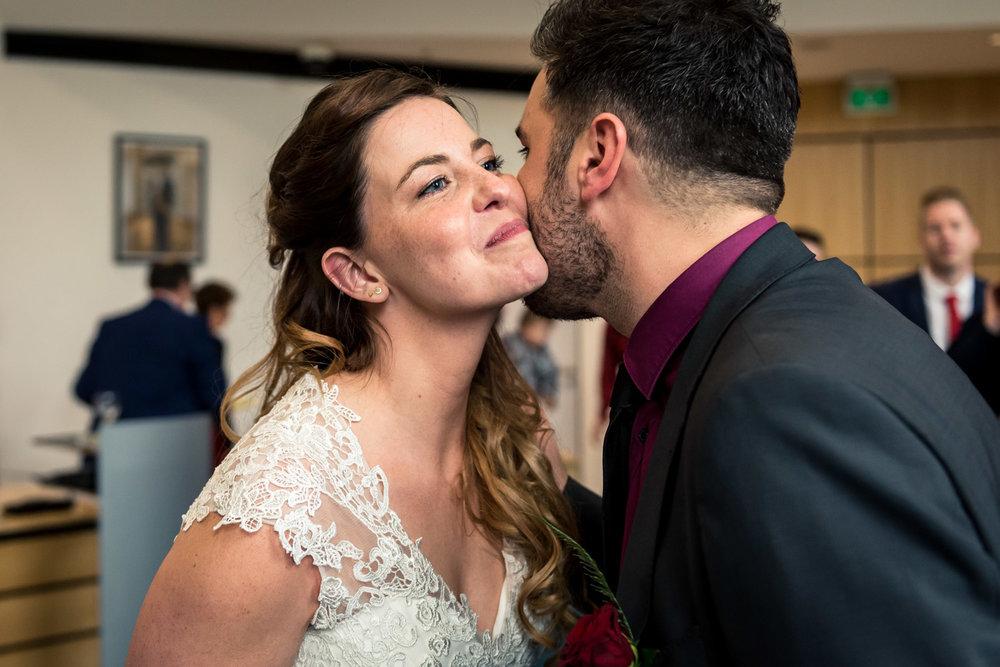 de bruidsfotograaf legt een emotioneel moment vast tijdens een h