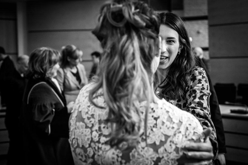spontaan moment tijdens het feliciteren door de trouwfotograaf