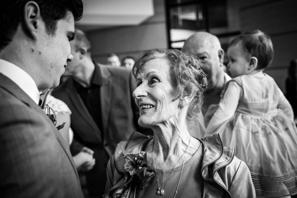 Bij een bruidsreportage in Zevenbergen, felicitaties door oma