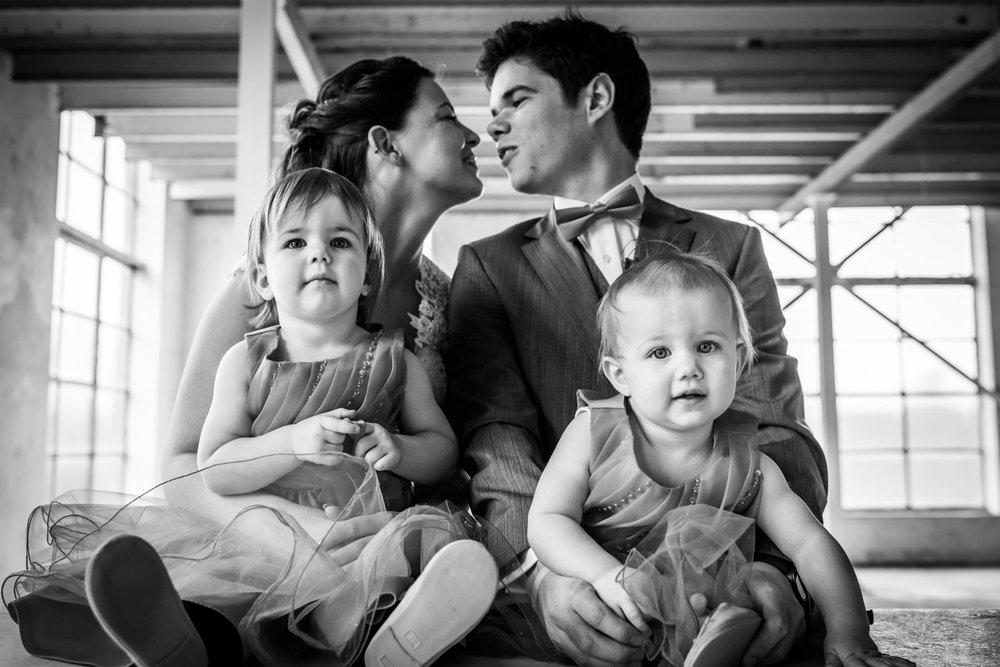 fotomoment met het bruidspaar en hun kinderen door Cfoto bruidsf