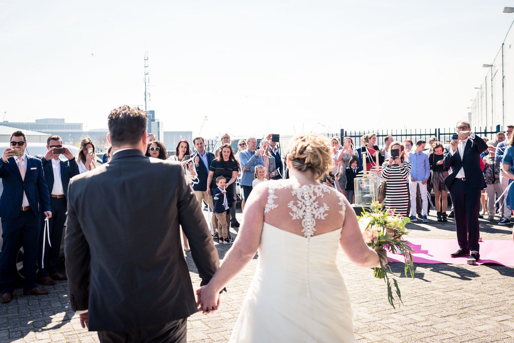 aankomst van het bruidspaar in Rotterdam bij de Vertrekhal.