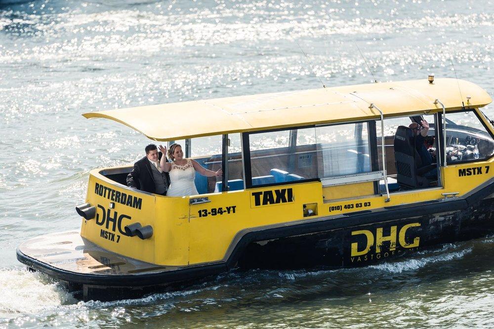 Aankomst van het bruidspaar met de watertaxi in Rotterdam