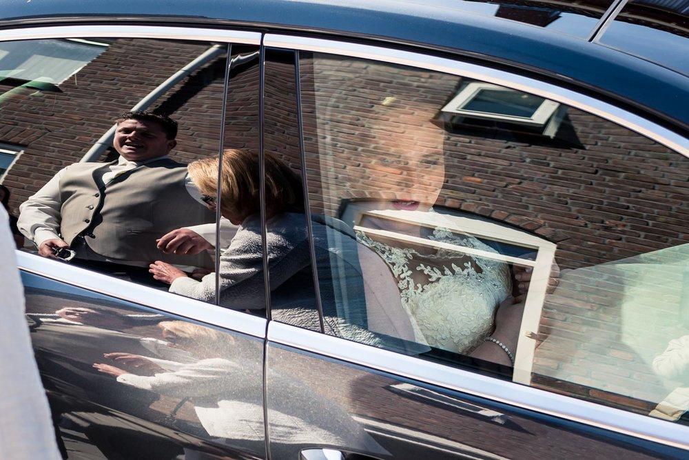 Cfoto legde de bruidegom en bruid vast bruidsfotografie, weerspi