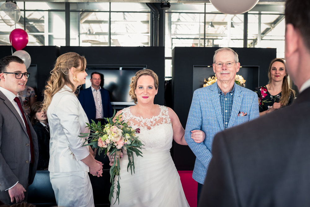 De trouwfotograaf legt de ceremonie vast in de Vertrekhal in Rot