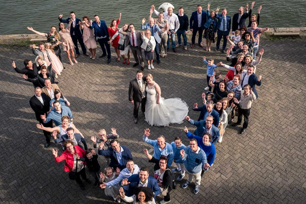 groepsfoto door Cfoto hart bij de vertrekhal in Rotterdam