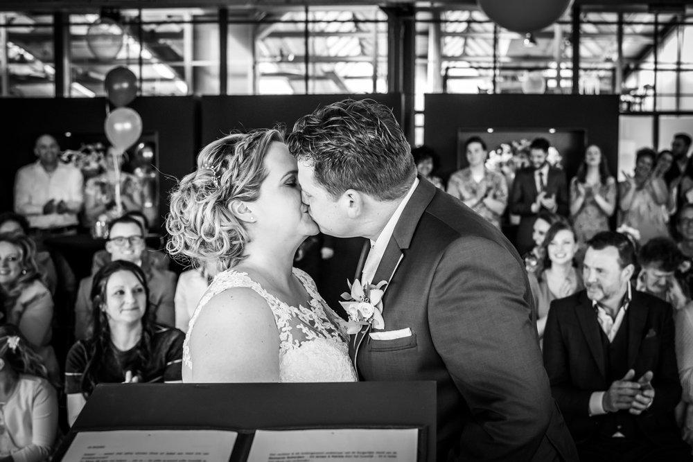 bruidsfotografie in de vertrekhal in Rotterdam, de kus tijdens d