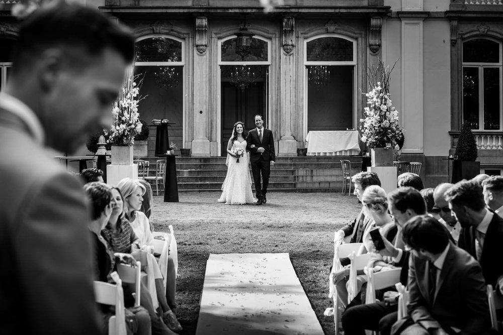 Trouwfotografie waarbij aan het begin van de ceremonie de bruid