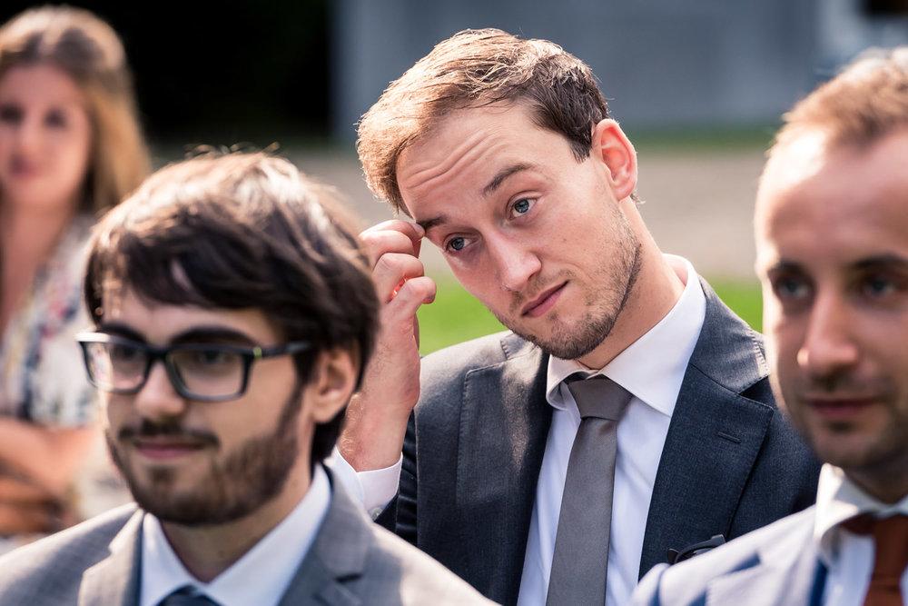 De bruidsfotograaf legt de emoties bij de gasten vast tijdens d