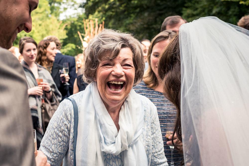 Cfoto tijdens de trouwfotografie, felicitatie van oma aan de bru