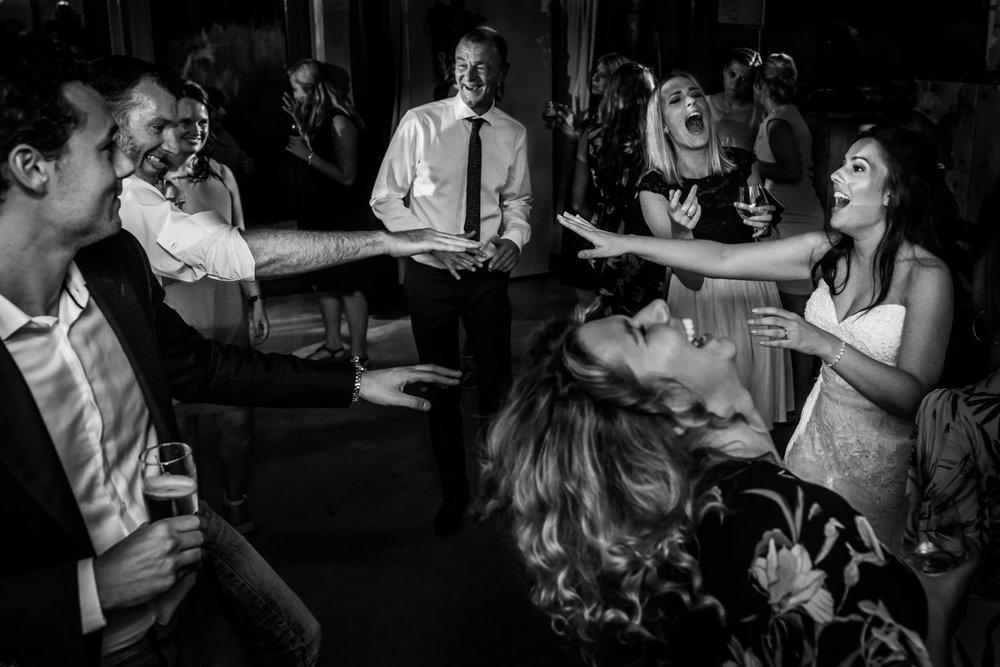 Tijdens een trouwfeest in Breda is de bruid lekker aan het danse