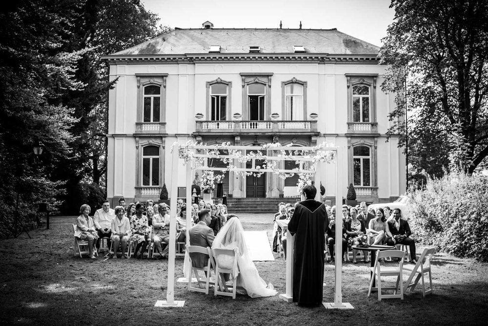 Ceremonie buiten bij landgoed Wolfslaar door bruidsfotograaf Cfo