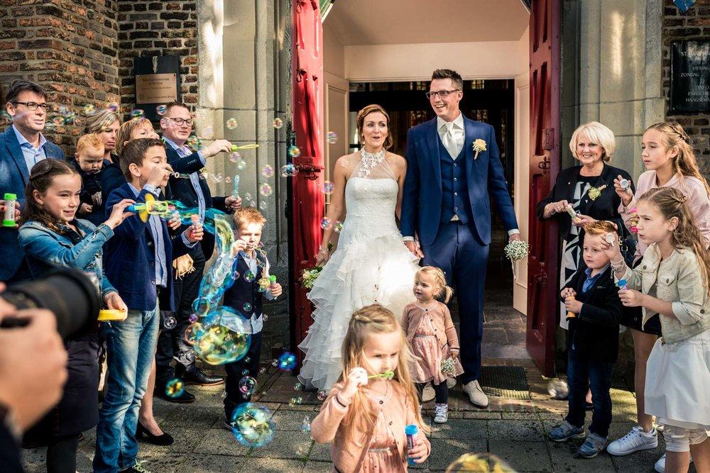 In Breda trouwfotografie door Cfoto wanneer het bruidspaar uit d