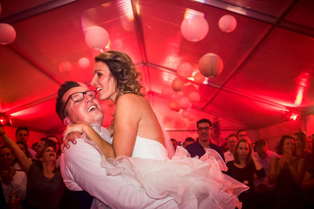 Cfoto legt de dans van de bruid en bruidegom vast, bruidsfotogra