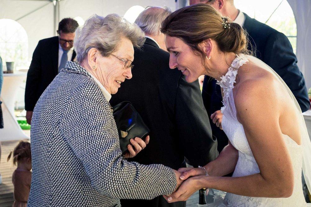 Mooi moment van de bruid en haar oma tijden de trouwreportage.