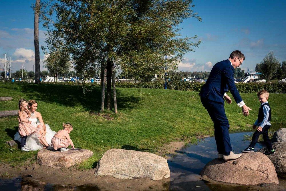 Een spontaan moment bij de bruidsfotografie met het bruidspaar e