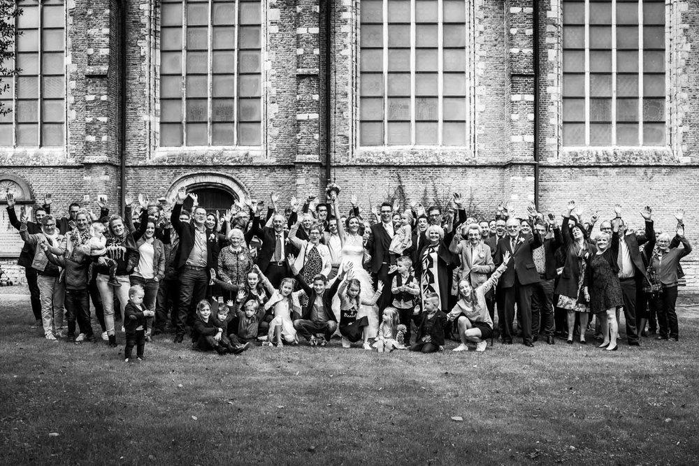 Bruidsreportage, hier de groepsfoto achter de Martinuskerk in Br