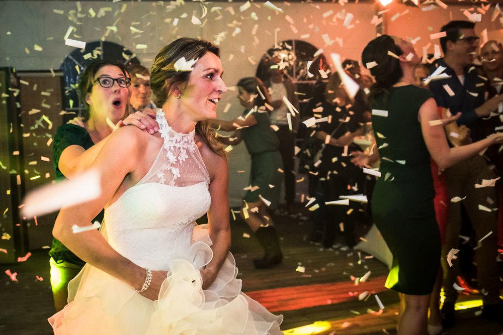 Huwelijksfotografie de bruid in de polonaise met confetti tijden
