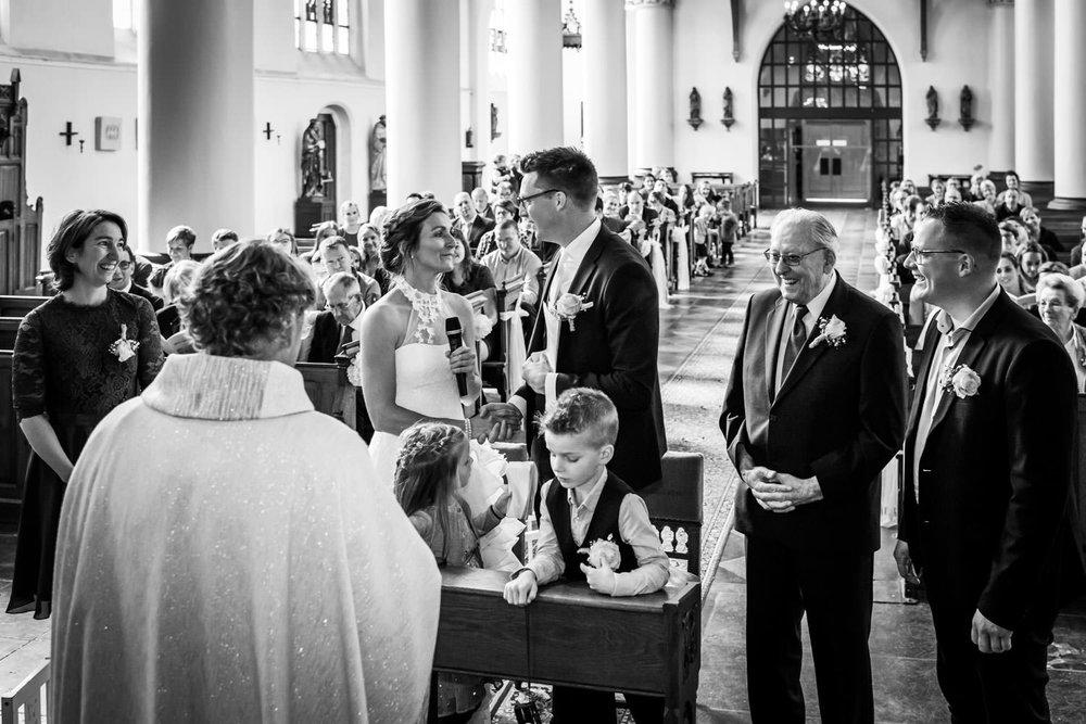Het jawoord van het bruidspaar, de getuigen staan er naast in de