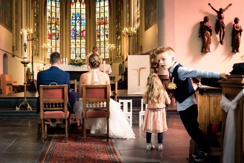 In de Martinuskerk in Princenhage vervelen de bruidskindjes zich