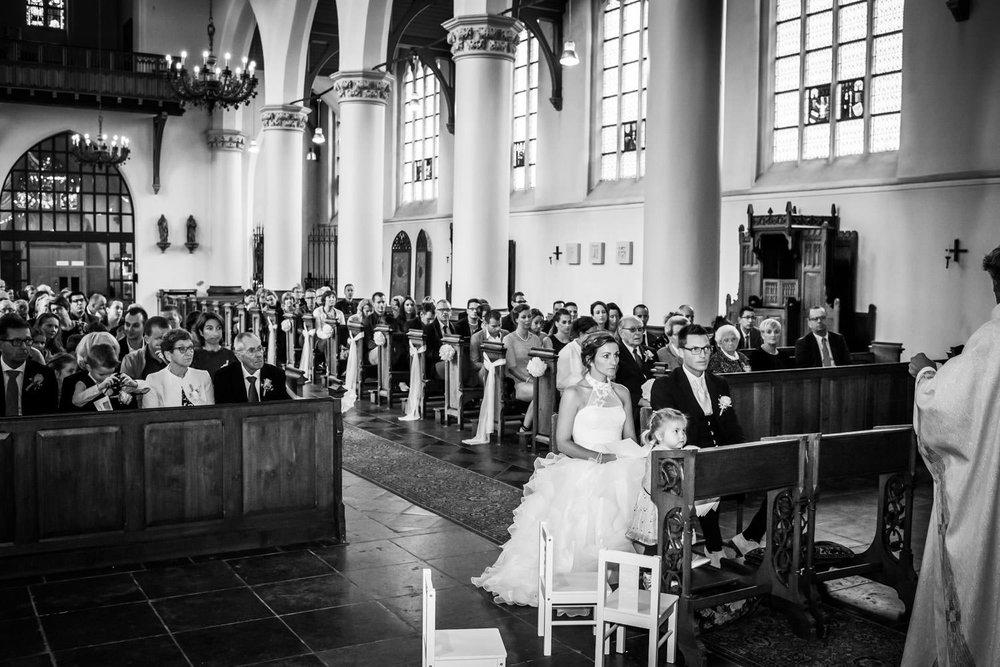 Bruidsfotograaf maakt een overzicht in de Martinuskerk in Breda