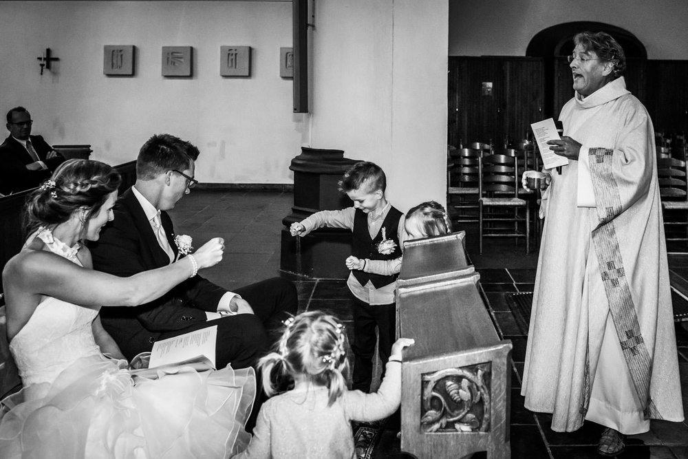 pastoor in actie tijdens een bruidsreportage huwelijk met kleine