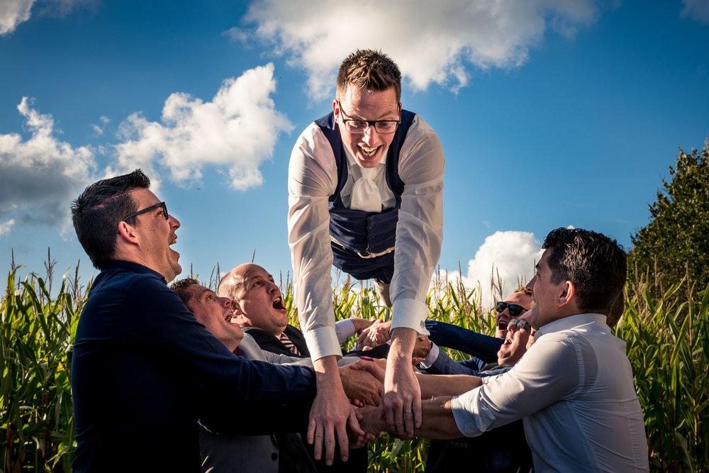 Groepsfoto van de bruidegom en zijn vrienden, op en top trouwfot