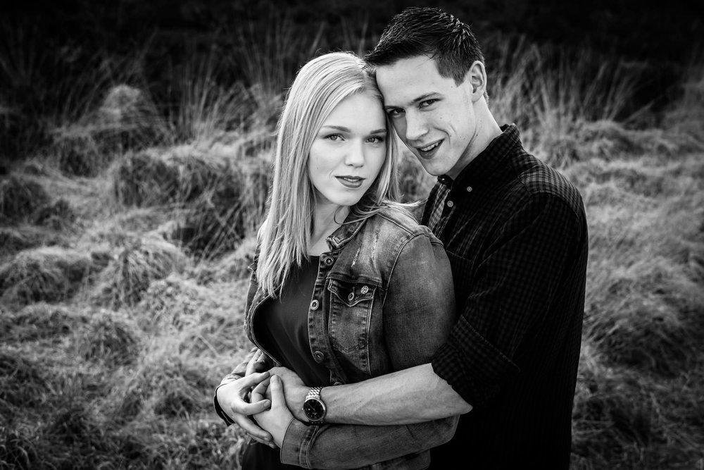 Cfoto tijdens een koppel shoot in zwart-wit op de heide