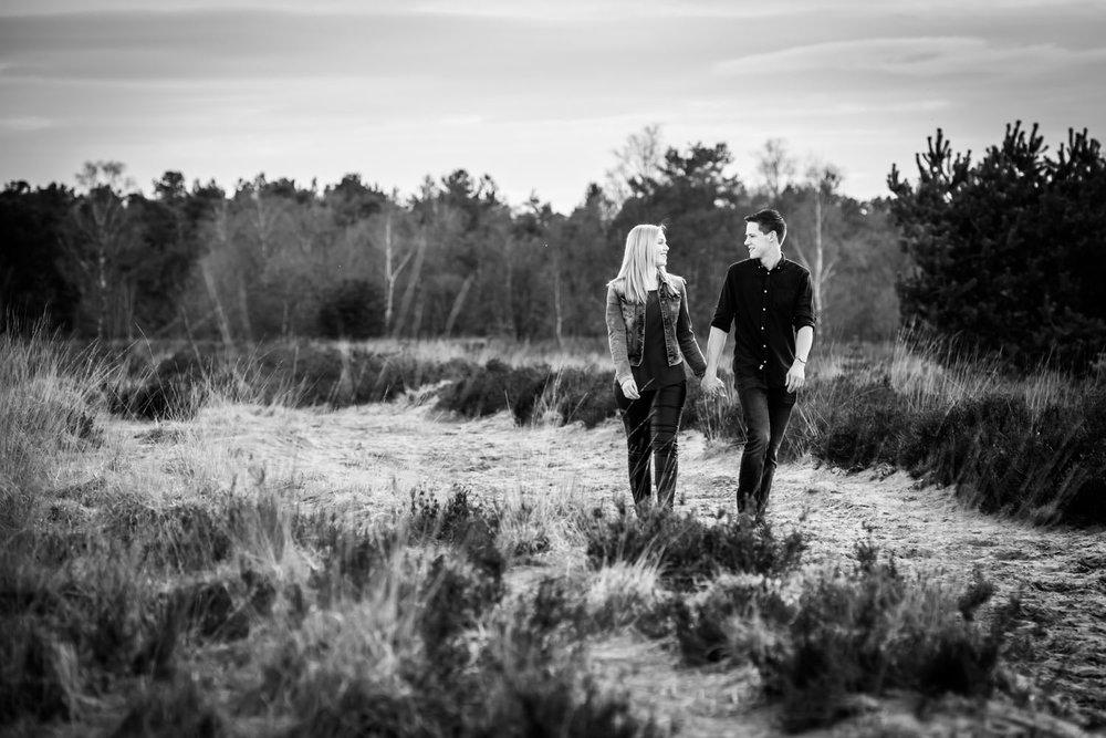 lopend over de Rucphense Heide in zwart-wit uitvoering tijdens e