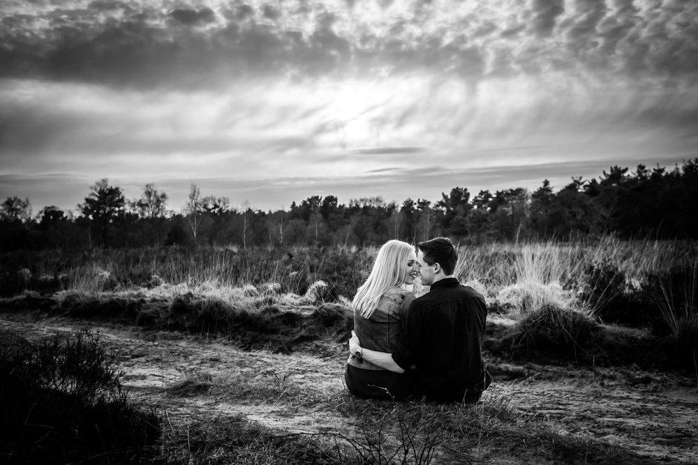 Tijdens een loveshoot op de Rucphense Heide maakt fotograaf prac