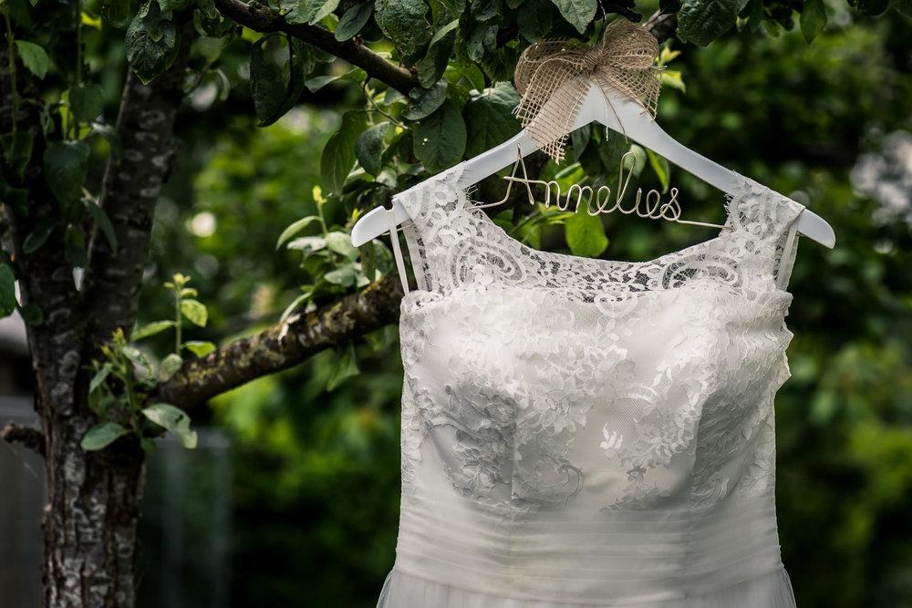 bruidsjurk hangt buiten in etten leur