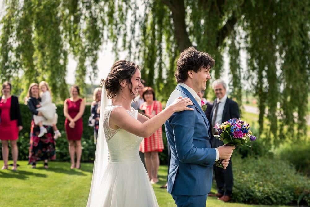 ontmoeting bruid en bruidegom buiten