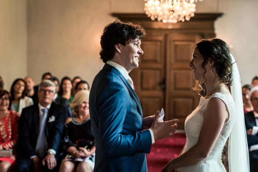 bruidspaar tijdens de ceremonie spreken geloften uit op kasteel