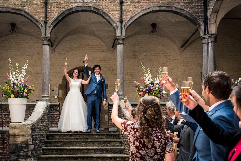 toastmoment door het bruidspaar op kasteel dussen
