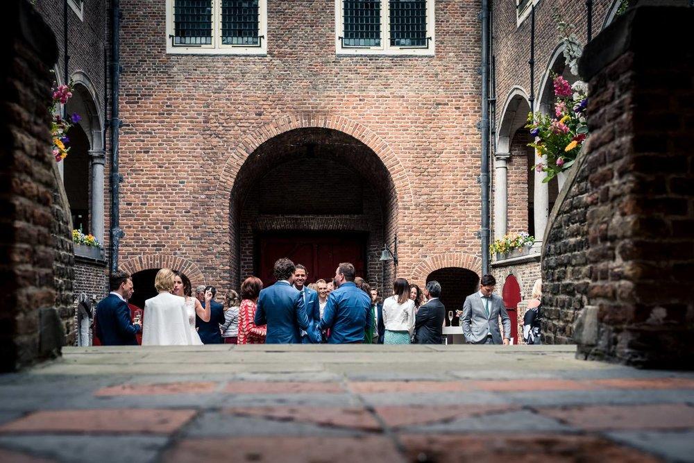 Overzicht van kasteel-dussen tijdens een borrel op een huwelijk