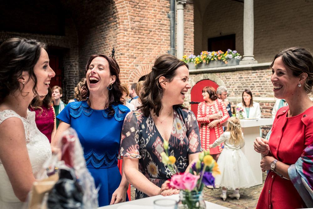 4 zussen met elkaar tijdens de borrel op huwelijk kasteel dussen