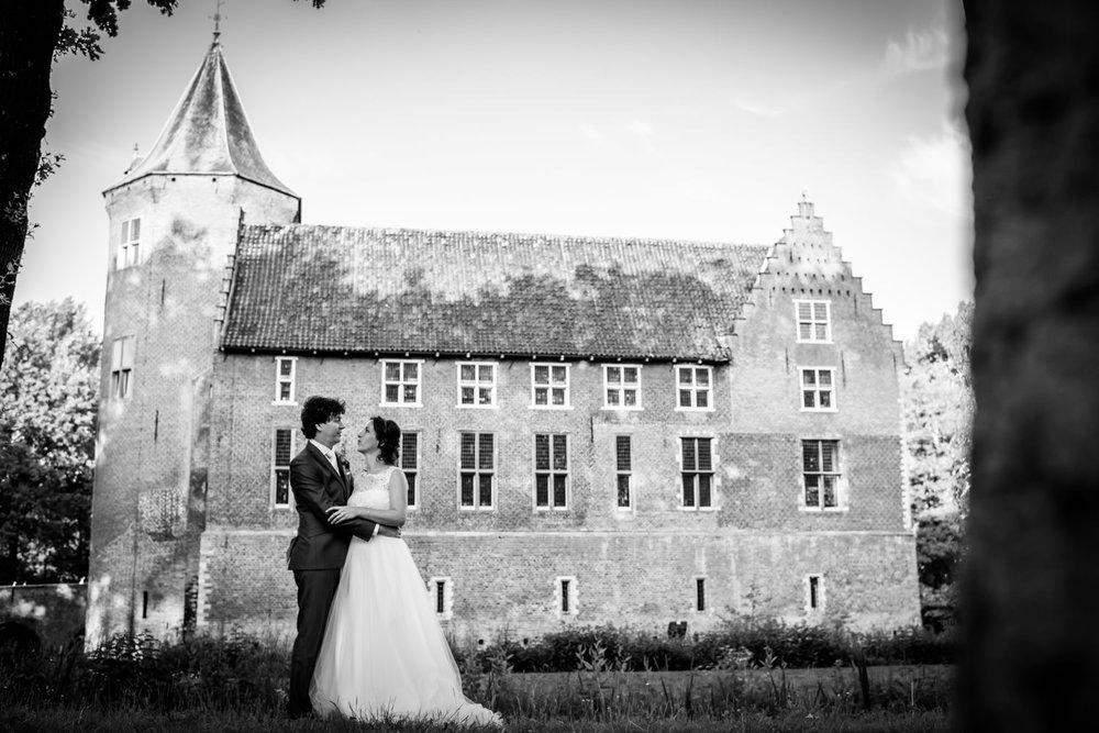 Cfoto maakt foto bruidspaar met kasteel Dussen op de achtergrond