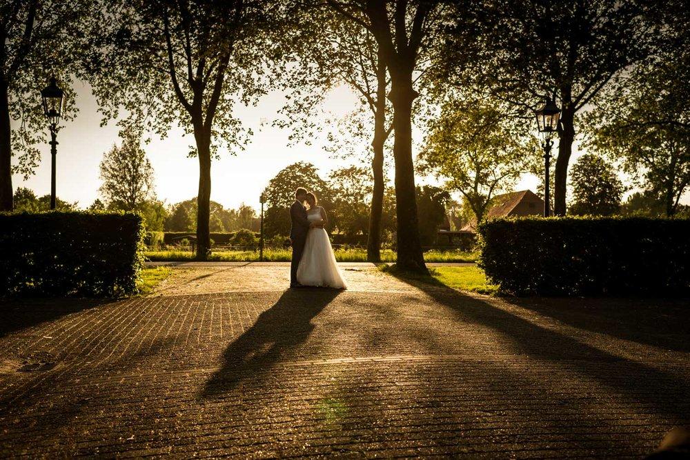avondlicht bruidsfotografie met ondergaande zon