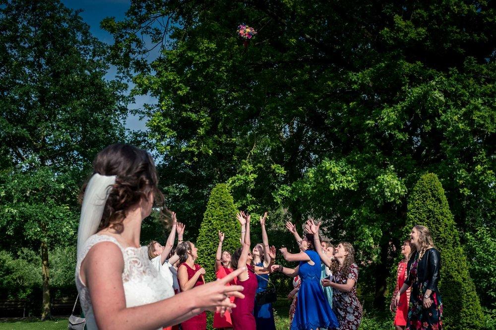 op kasteel dussen gooit de bruid haar bruidsboeket.
