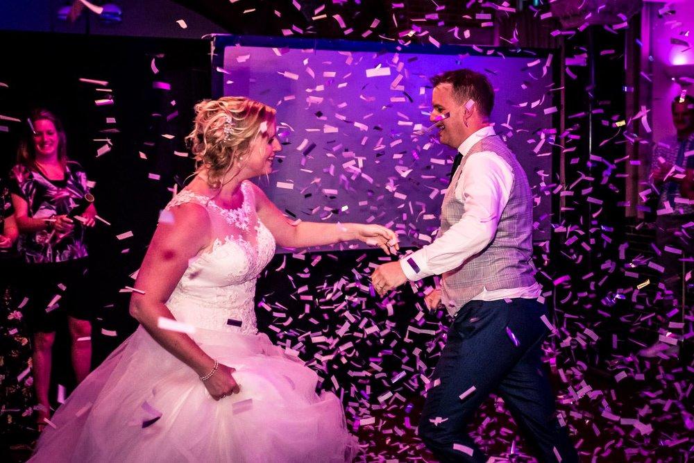 Cfoto legt het trouwfeest vast met confetti en een dansend bruid