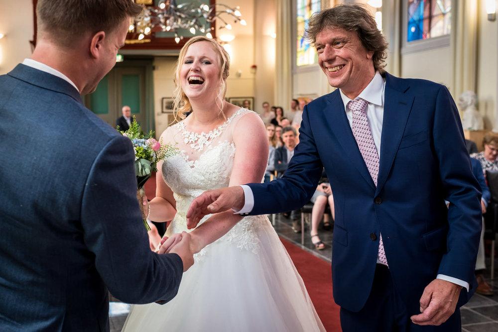 Vader geeft bruid weg aan het begin van de ceremonie