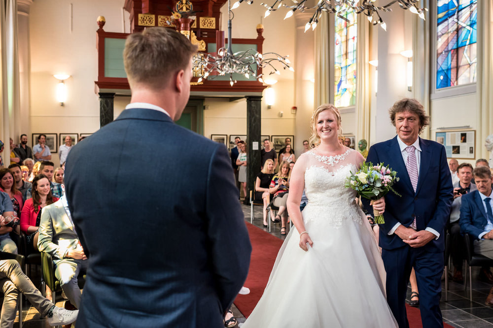 In de van Gogh kerk in Etten-Leur binnenkomst bruid